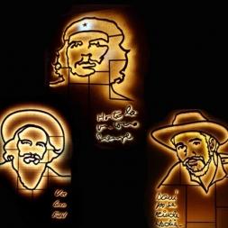 Monumentos de Che, Camilo y Almeida de noche.