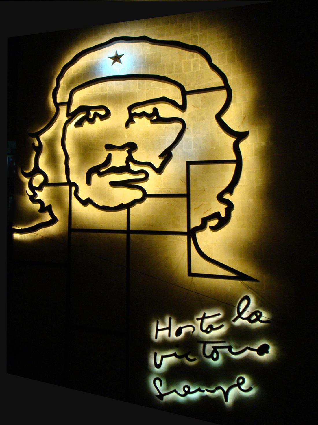 Escultura a relieve iluminada Che Guevara, escultor Enrique Ávila