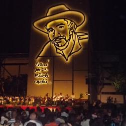 Escultura a relieve iluminada Comandante Juan Almeida Bosque, escultor Enrique Ávila
