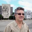 Enrique con monumentos de Che y Camilo.