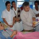 Ávila muestra su ilustración a un paciente.