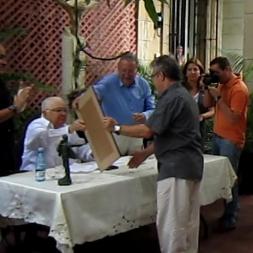 Armando Hart entrega el reconocimiento La utilidad de la virtud a Ávila