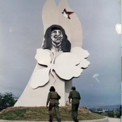 Monumento a Celia Sánchez en la ciudad de Guantánamo. Está realizada en acero y se ilumina desde su interior.